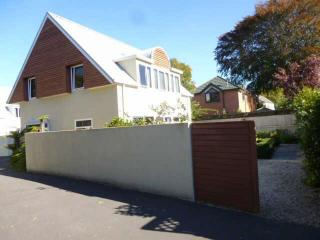 View profile: CASHMERE - 3 BEDROOM SUNNY TIDY STAND-A-LONE TOWNHOUSE, PET NEGOTIABLE